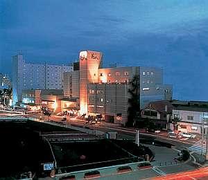 湯の川電停より徒歩1分と便利は好立地に建つホテルです。