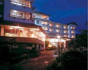 高台に佇み、温泉街や富士山が望める眺望◎の宿