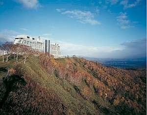 【秋】彩り美しい山頂に建つ。この時期ならではの魅力
