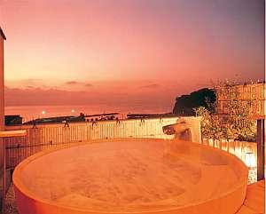 駿河湾を一望、滞在中いつでも入浴可【樽型】温泉掛け流し桧露天風呂(男女時間交代制)