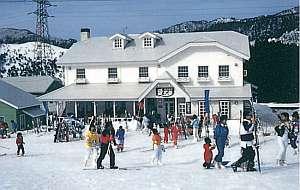 冬は玄関先からスキーやスノーボードが楽しめます