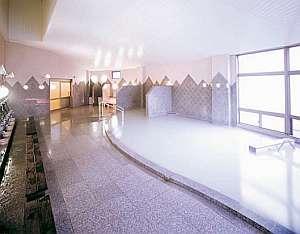 白濁の湯がいつも掛け流し、一晩中入浴できる大浴場