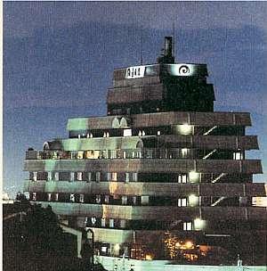 夜の外観。デザイナーの黒川紀章は船をイメージしてデザインしました。