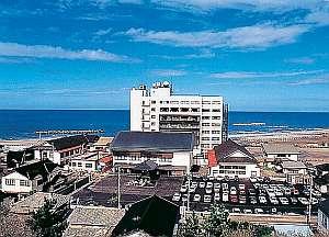 目の前には日本海が広がり海水浴にも便利な好立地な宿