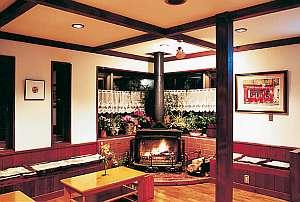暖炉の灯るラウンジ