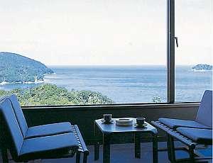 部屋の窓からは日々、姿が変わる海景色を・・・