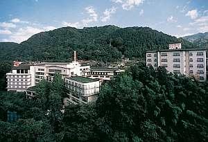 鶴仙渓の風景に包まれ、風情ある名湯「やまなか」に建つ
