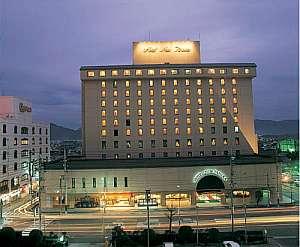 湯田温泉随一のシティホテル。屋上には庭園露天風呂有