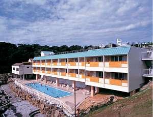 高台に建つ、全22室はすべて露天風呂付オーシャンビューとなっています。
