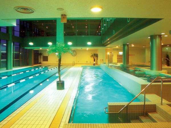 温かい室内プール(25m)には、歩行専用やジャグジーも