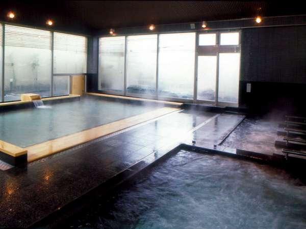 湯けむり優しい天然温泉大浴場。洗い場にはお一人お一人間仕切りがございます。