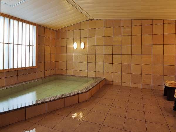 家族でもゆったり入れる大きさがうれしい貸切家族風呂。天然温泉かけ流し♪