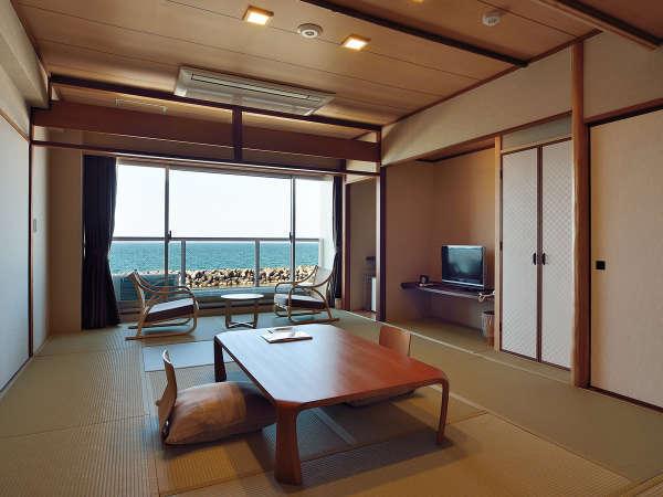 【和室10畳(東館)】角部屋ユニットバス付和室。扉を開くと広がる日本海は絶景です!