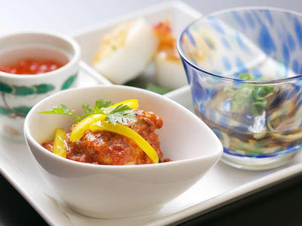【料理長お任せ会席】境港から仕入れる魚介や山陰の野菜など、季節に合った食材を使用。