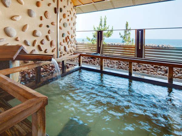 【露天風呂】海をご覧頂ながら、掛け流し温泉を独り占め!ご予約はチェックイン時に。