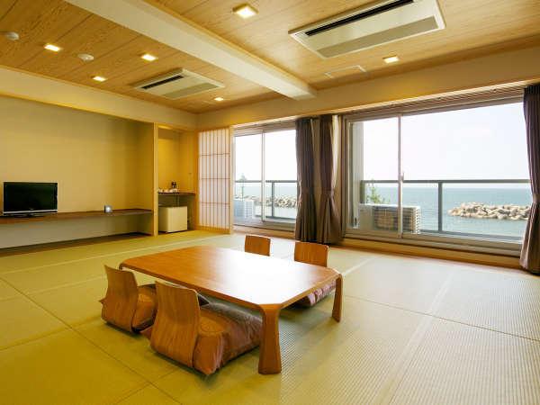 【和室18畳】窓から広がる海景色は絶景!8名までご利用いただける和室です。