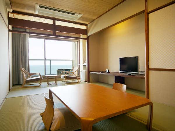 【和室7.5畳(東館)】こじんまりした少し懐かしい畳のお部屋。足を伸ばしてゆっくりお過ごしください。