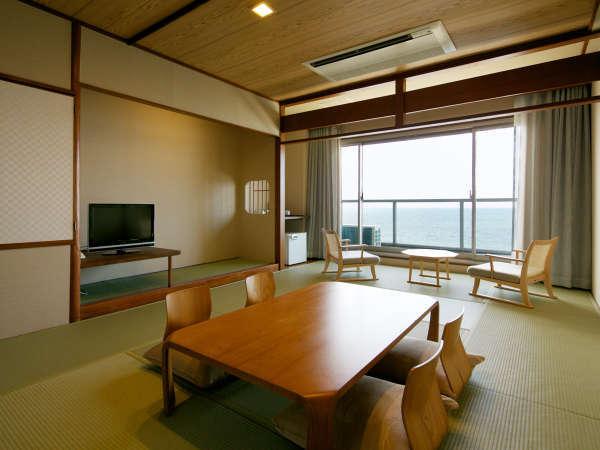 【和室10畳角部屋(東館)】足を伸ばしてゆっくり過ごせる畳のお部屋。窓からは海が一望できます。