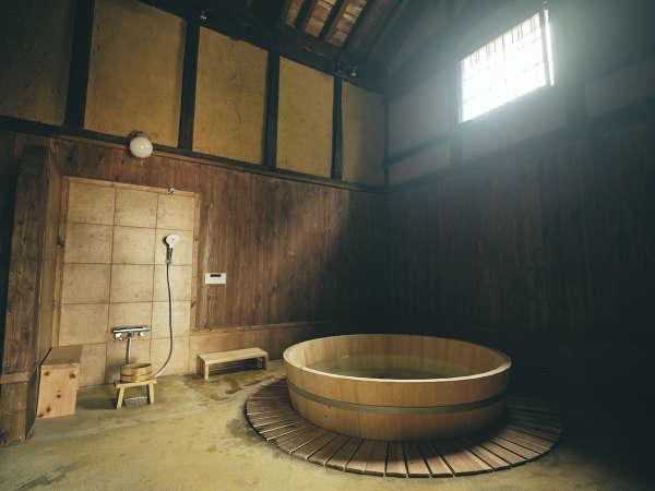 蔵を利用した檜風呂