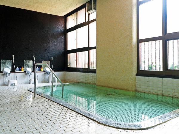温泉/クセが少ない、ほのかに硫黄の香りがする無色透明な温泉です。