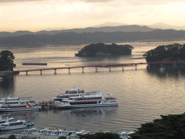 遊覧船が窓から見えます。最高の松島情緒が味わえます。