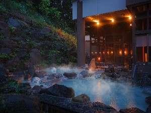 八右衛門の湯【露天風呂(夜)】開放感のあふれる露天風呂