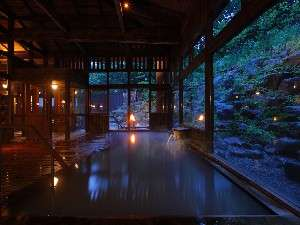 八右衛門の湯【内湯(夜)】間接照明と木造りが織りなす雰囲気は格別