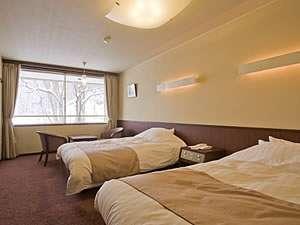【洋室一例(冬)】 ベージュを基調とした、落ち着いた色調でまとめているお部屋です。