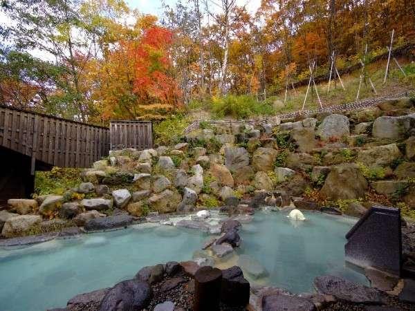 八右衛門の湯【露天風呂(秋)】紅葉露天風呂をお楽しみ下さいませ