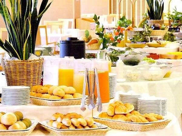 お好きなものをお好きなだけ楽しめるバイキング形式の朝食。