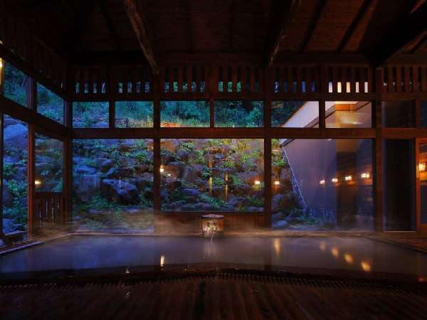 ■内湯/間接照明と木造りが織りなす雰囲気は格別