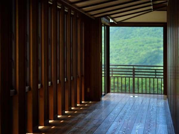 ■八右衛門の湯【アプローチ】/大きな窓からは夕日がご覧いただけることも…