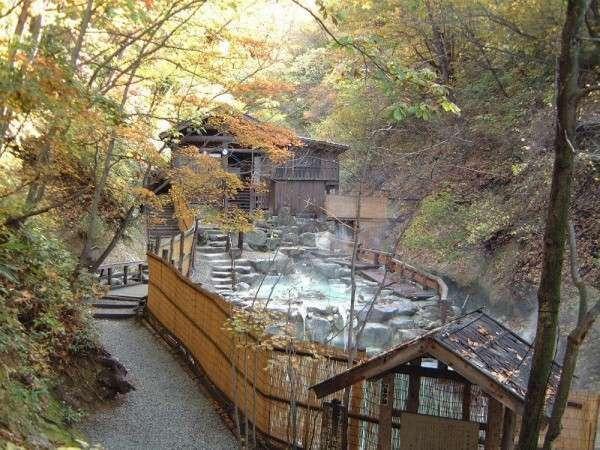 ■大露天風呂/一度に200人は入れるという大きな露天風呂。自然に囲まれながら入る温泉は格別