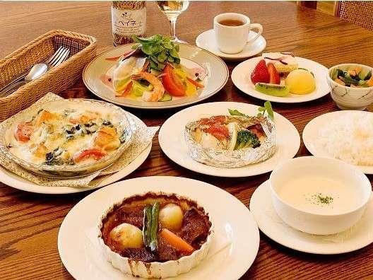 ある日の夕食。サラダオードヴル・グラタン・スープ・ライス・魚料理・肉料理・デザート(ハーブティ付)。