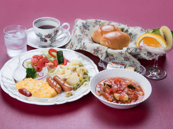 *朝食一例。ご飯派の方もパン派の方も喜ぶ、パンとリゾット両方お出ししています。