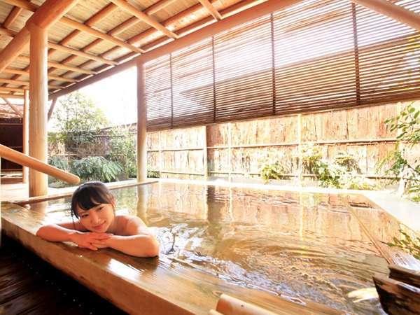 【露天風呂 びいどろ】5つの湯めぐりの内のひとつ。諏訪湖をイメージしたガラスに浮かぶ檜造りの露天風呂