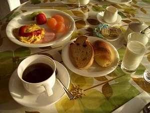 手造りパンとフレッシュミルクの朝食付のコース