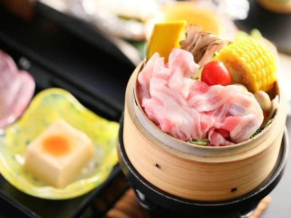 【当館一番人気】【こだわり】地元産八種野菜のせいろ蒸しと山菜釜飯