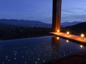 雄大な景色を眺めながらの天空浴は爽快そのもの。八ヶ岳、富士山、南アルプスまでを眺望いただけます。