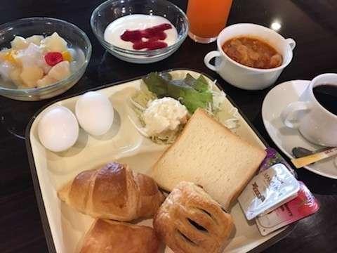 無料朝食はバイキング形式でご用意しております。営業時間:6:30~9:30