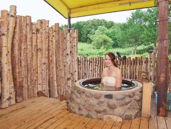 五右衛門風呂です。大きな屋根がかかっているので、雨の日でも安心です。