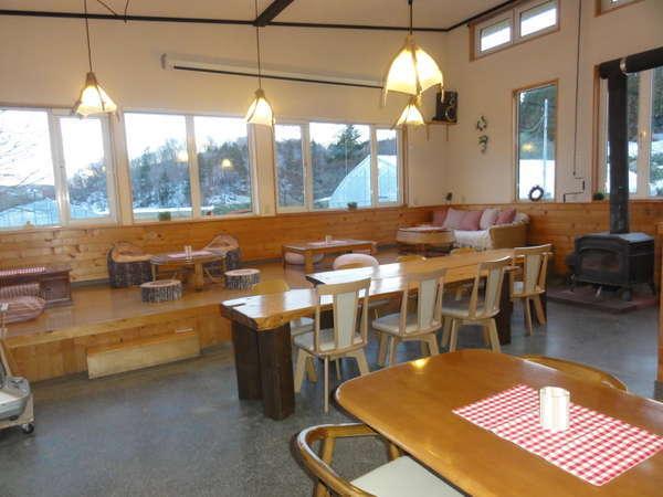 【ラウンジ】木の温もりあふれる店内には、オーナー手作りの流木ランプの優しい灯りがともります。