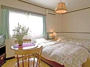 テレビ・エアコン・バストイレ付の洋室7畳のツインルーム