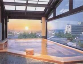 展望露天風呂ひのきにはドライサウナ併設、その他にも大浴場や露天風呂、別館の湯めぐりも無料!