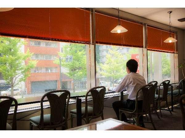 レストラン銀杏並木をご覧になりながら朝食を召し上がられます。
