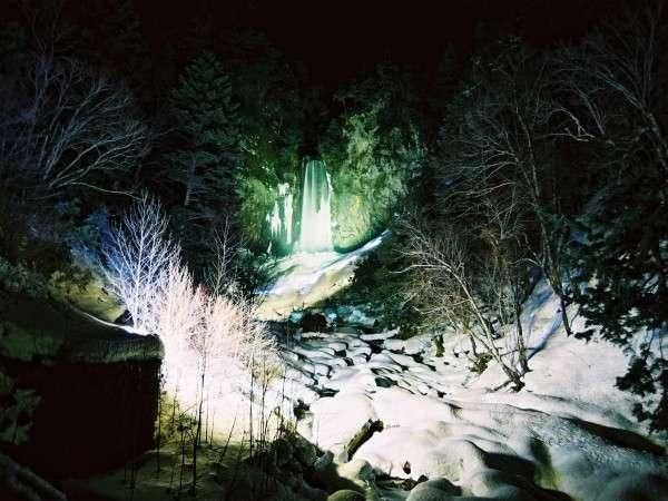 平湯大滝結氷まつり!!【2月15日~25日】 ライトアップされる平湯大滝全景。
