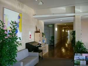 ロビーから廊下を通って部屋までの様子です。清潔でシンプルな雰囲気を創りました。