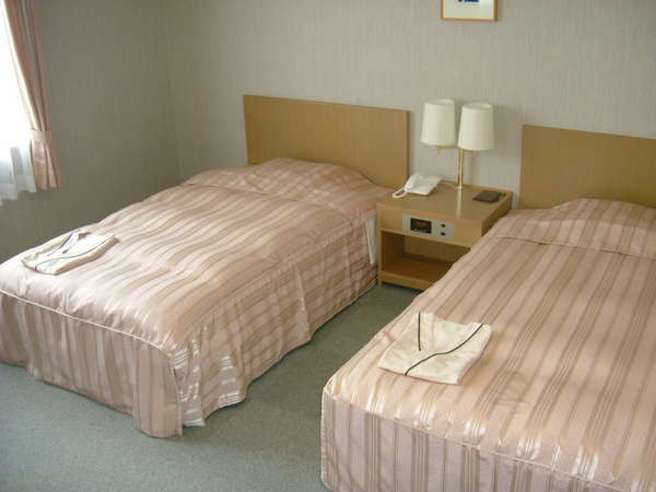 広さ30平米の部屋に幅120センチ×長さ200センチのゼミダブルのベッド