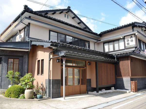 ・施設外観。JR高岡駅北口から徒歩約6分の立地に立つ古き良き木造建築旅館です。