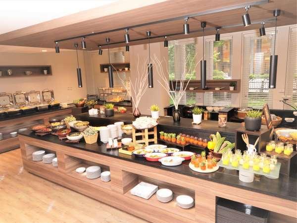 彩り豊かな和洋のお惣菜や新鮮野菜たっぷりのサラダバー